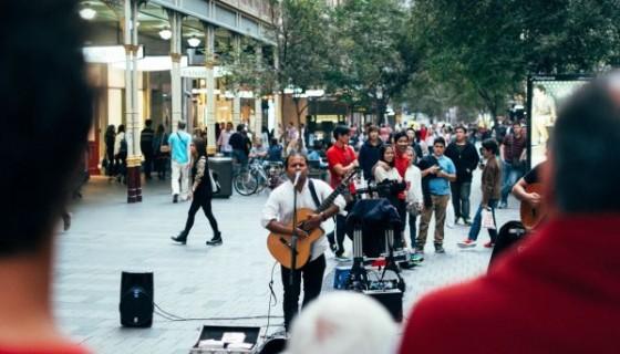 אדם שר ברחוב