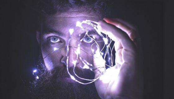 אדם עם תאורה